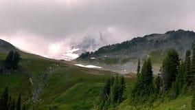 Montaña a través de las nubes Fotos de archivo libres de regalías