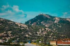 Montaña verde con el camino foto de archivo libre de regalías