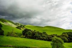 Montaña verde debajo de la nube pesada Foto de archivo libre de regalías