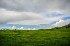 Montaña verde debajo de la nube pesada Fotos de archivo libres de regalías