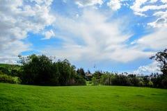 Montaña verde debajo del cielo nublado Fotos de archivo libres de regalías