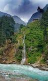 Montaña verde a lo largo del lado con el río del golpe violento Fotos de archivo