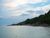 Montaña verde y mar azul imagen de archivo libre de regalías