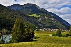 Montaña-vista austríaca a la ciudad Pfunds y al mesón del río Imágenes de archivo libres de regalías