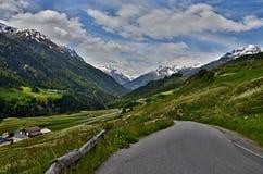 Montaña-vista suiza al camino en Ardez Imágenes de archivo libres de regalías