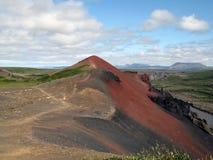 Montaña volcánica roja imagenes de archivo