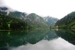 Montaña y agua Fotos de archivo libres de regalías