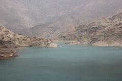 Montaña y agua, presa, oasis, primavera Imagen de archivo