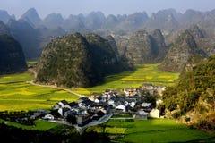 Montaña y aldea imagen de archivo