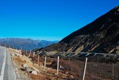Montaña y camino de la nieve imagen de archivo