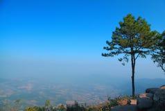 Montaña y cielo azul Fotografía de archivo