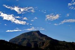 Montaña y cielo azul Imagen de archivo