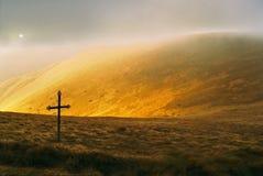 Montaña y cruz Imagenes de archivo