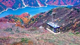 Montaña y ferrocarril aéreo del daikanbo en la ruta alpina de Japón Imagen de archivo libre de regalías