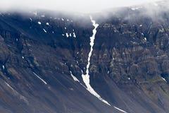 Montaña y glaciar en niebla y lluvia en Svalbard imagen de archivo libre de regalías