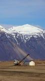 Montaña y grúa cerca de Hofn en los fiordos del este en Islandia Fotos de archivo