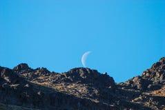 Montaña y la luna Fotos de archivo