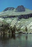 Montaña y lago alpestres foto de archivo