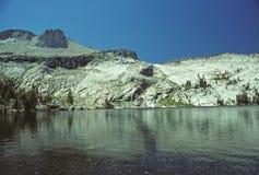Montaña y lago alpestres fotografía de archivo
