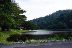 Montaña y lago con la pequeña cabaña Imagenes de archivo