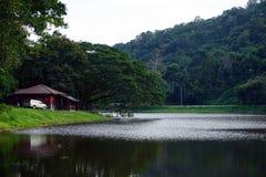 Montaña y lago con la pequeña cabaña Foto de archivo libre de regalías