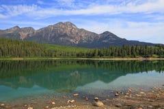 Montaña y lago con la reflexión en el agua Fotografía de archivo