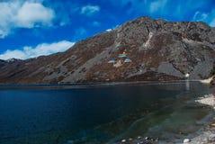 Montaña y lago de la nieve fotos de archivo
