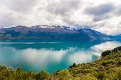 Montaña y lago de la reflexión del punto de visión en la manera a Glenorchy, Nueva Zelanda Fotografía de archivo libre de regalías