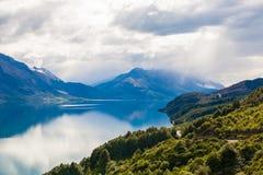 Montaña y lago de la reflexión del punto de visión en la manera a Glenorchy, Nueva Zelanda Imagen de archivo libre de regalías