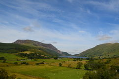 Montaña y lago entre paisaje abierto Foto de archivo
