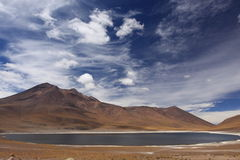 Montaña y laguna en San Pedro de Atacama, Chile Fotos de archivo libres de regalías