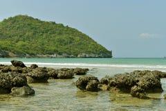 Montaña y mar azul para el fondo en la isla de Sichang Fotos de archivo
