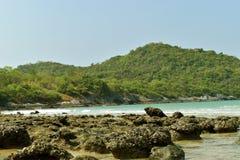 Montaña y mar azul para el fondo en la isla de Sichang Fotos de archivo libres de regalías