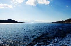 Montaña y mar con la ciudad cerca de la isla de Creta en Grecia Imágenes de archivo libres de regalías