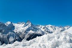 Montaña y nieve en el top Fotografía de archivo