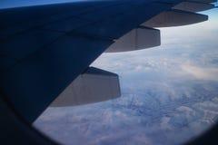 Montaña y nieve hermosas, visión del paisaje desde el aeroplano fotografía de archivo libre de regalías