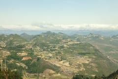 Montaña y nube, cielo azul en Lung Cu Fotografía de archivo libre de regalías