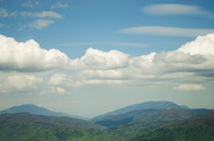 Montaña y nubes Fotos de archivo libres de regalías