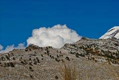 Montaña y nubes Imagenes de archivo