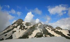 Montaña y nubes Imagen de archivo libre de regalías