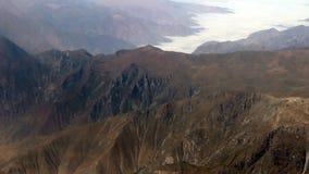 Montaña y nubes aéreas sobre Peru South America almacen de video
