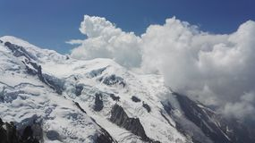 Montaña y nubes en el macizo de Mont Blanc, Haute-Savoie, Francia, Europa Nevado imagenes de archivo