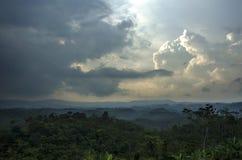 Montaña y nubes oscuras Fotografía de archivo libre de regalías