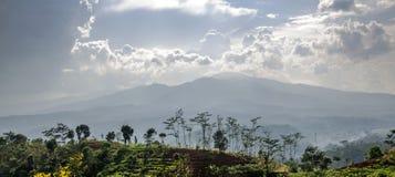 Montaña y nubes oscuras Fotos de archivo