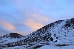 Montaña y puesta del sol de la nieve Imagen de archivo libre de regalías