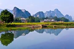 Montaña y río Imágenes de archivo libres de regalías