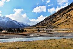 Montaña y río de la nieve Foto de archivo libre de regalías