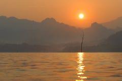 Montaña y río de la salida del sol Imagen de archivo