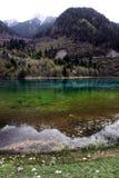 Montaña y reflexión en el lago del arco iris Imagen de archivo libre de regalías