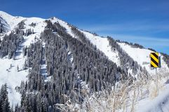 Montaña y señal de tráfico del invierno imagen de archivo